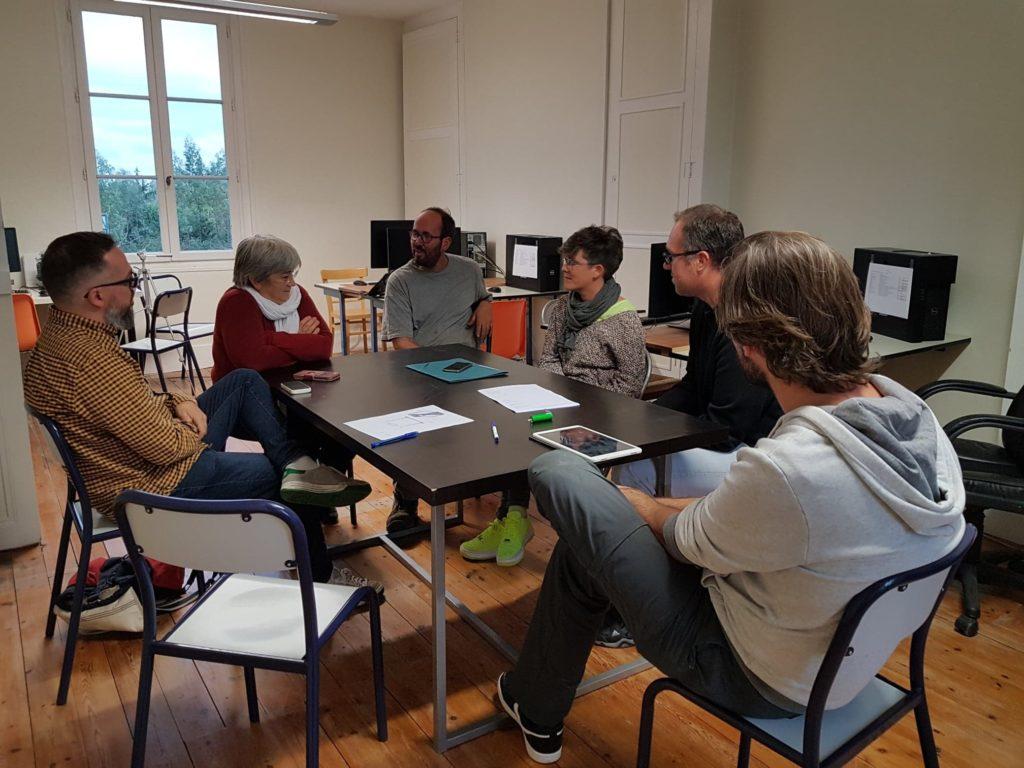 Réu projet 27/09/19- Thérèse présente à Jérôme les différentes façons de graver le verre disponibles au FabLab